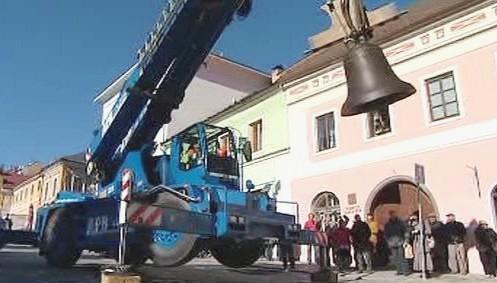 Stěhování zvonu na věž vimperského kostela