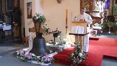 Zvonu požehnal místní farář