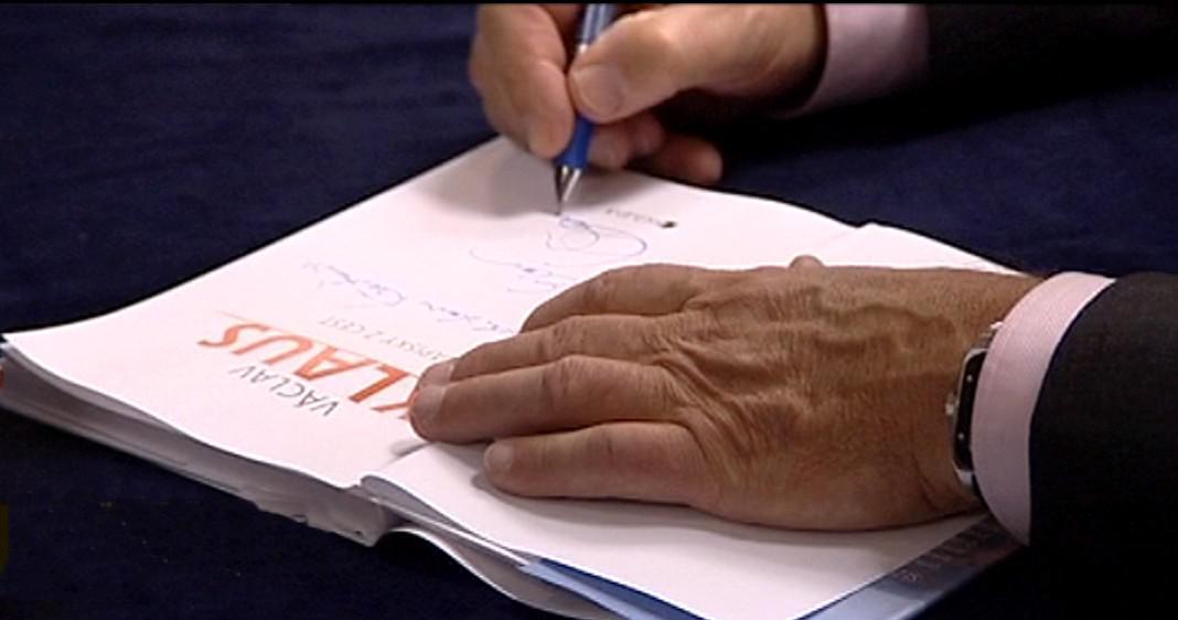 Václav Klaus podepisuje svou knihu