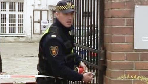 Polský policista před sídlem PiS v Lodži