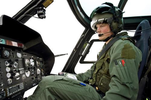 Britský princ Harry v kokpitu vrtulníku