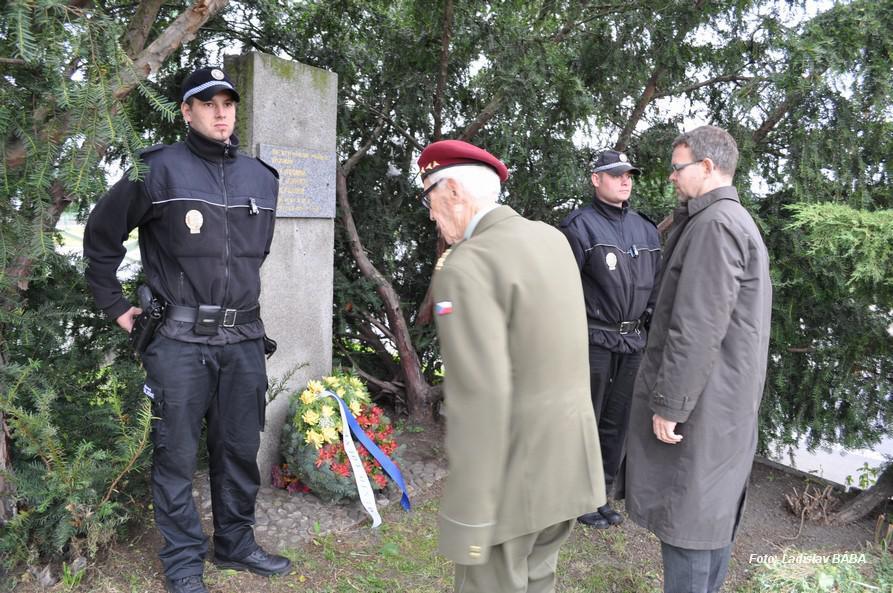 Vzpomínkový akt u pomníku parašutistům