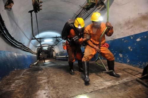 Čínští záchranáři se spouštějí do zavaleného dolu