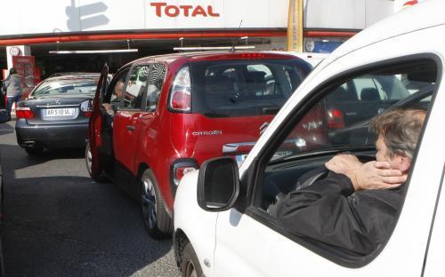Fronta na benzinové pumpě