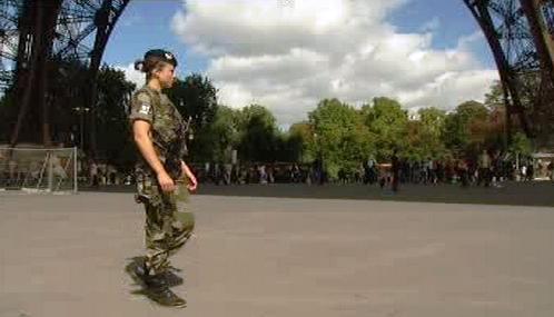 Francouzští vojáci hlídkují v centru Paříže
