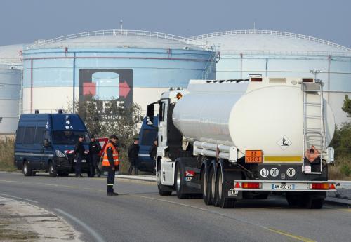 Francouzští odboráři blokují zásobárnu benzínu