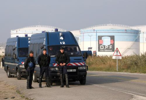 Francouzští policisté před sklady pohonných hmot