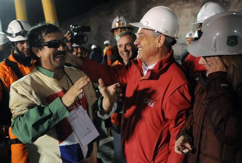 Chilský prezident Sebastian Piñera vítá Juana Illanese na zemském povrchu