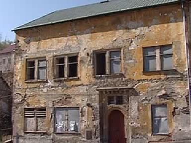 Zdevastovaný dům v centru Jáchymova