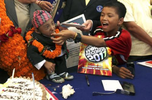 Nepálec Khágendra Thapa Magar oslavuje svůj zápis do Guinessovy knihy rekordů