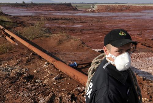 Maďarský záchranář u nádrže s kalem