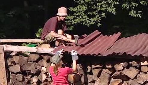 Dobrovolníci pracují na obnově zahrady