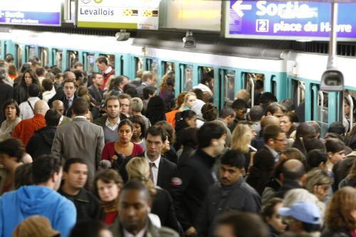Přeplněné pařížské metro