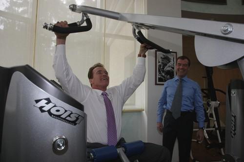 Schwarzenegger ukazuje Medveděvovi jak posilovat