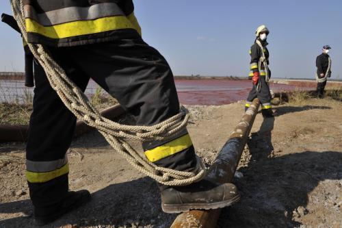 Maďarští záchranáři u nádrže s kalem