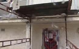 Panelový dům, ze kterého spadl kus betonu