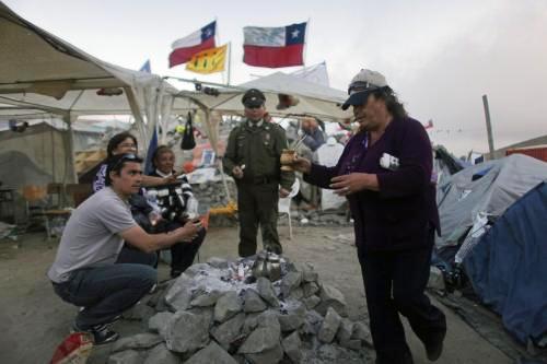Příbuzní chilských horníků čekají v táboře na své blízké