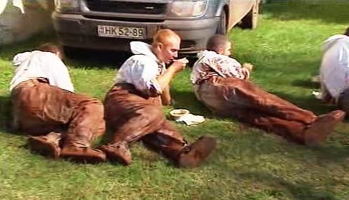 Maďarští záchranáři odpočívají po úklidu kalu