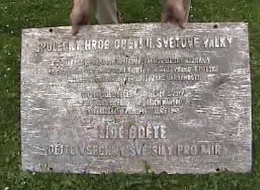 Poškozená bronzová deska