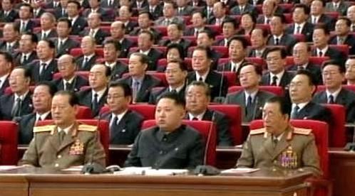 Kim Čong-un (uprostřed)