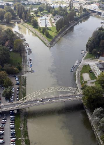 Soutok kontaminované řeky Marcal s Rábou v Maďarské Györu
