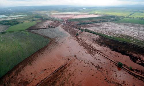Uniklý toxický kal zalil pole v okolí maďarské hliníkárny
