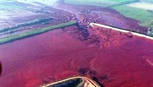 Následky úniku toxického kalu v Maďarsku