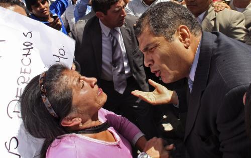 Rafael Correa hovoří s protestující ženou