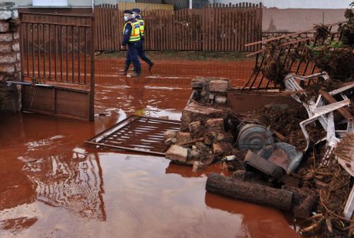 Následky úniku kalu v Maďarsku