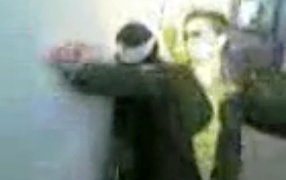 Izraelský voják tančí kolem zajaté Palestinky