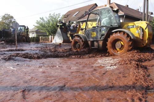 Maďarští záchranáři odklízejí kal ve vesnici Devecser