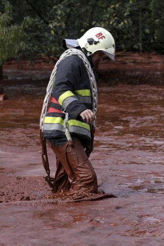Maďarský hasič se brodí kalem z hliníkárny