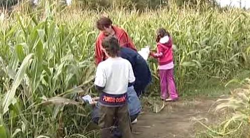 Rodina hledá cestu z bludiště