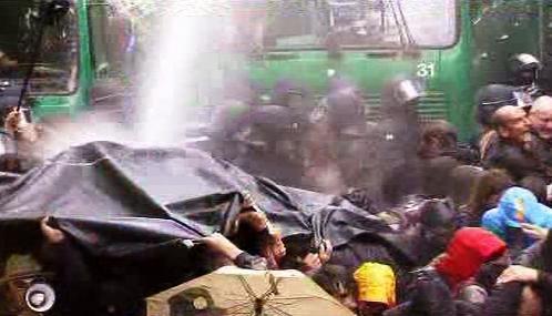 Německá policie použila proti demonstrantům vodní děla
