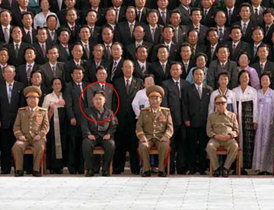 Kim Čong-un (přední řada, druhý zleva)