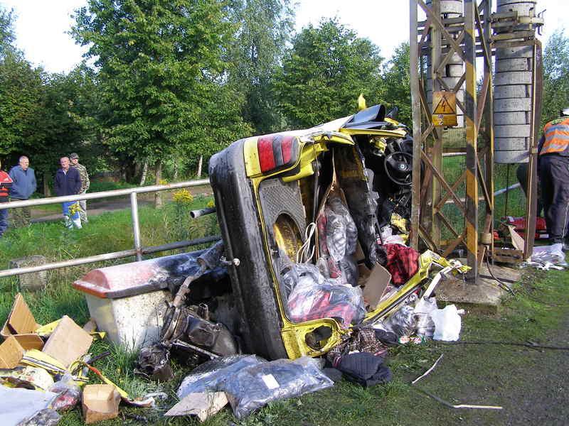 Osobní auto po střetu s vlakem