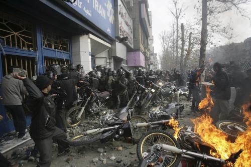 Zásah revolučních gard proti demonstrantům