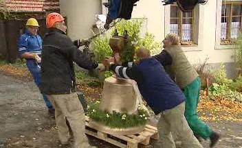 Instalace nového zvonu v Plánici