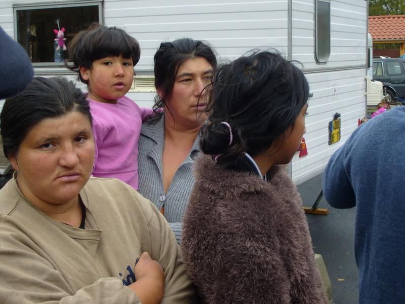 Romské ženy před karavanem