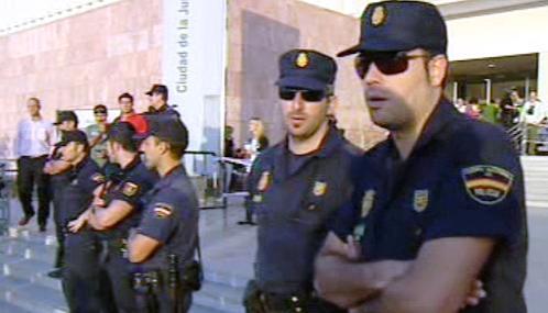 Španělská policie před budovou soudu v Málaze
