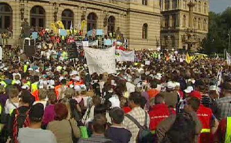 Demonstrace proti snižování platů