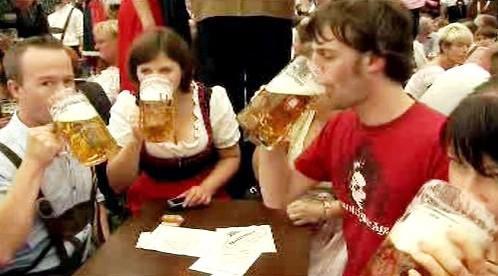 Pití piva na Oktoberfestu