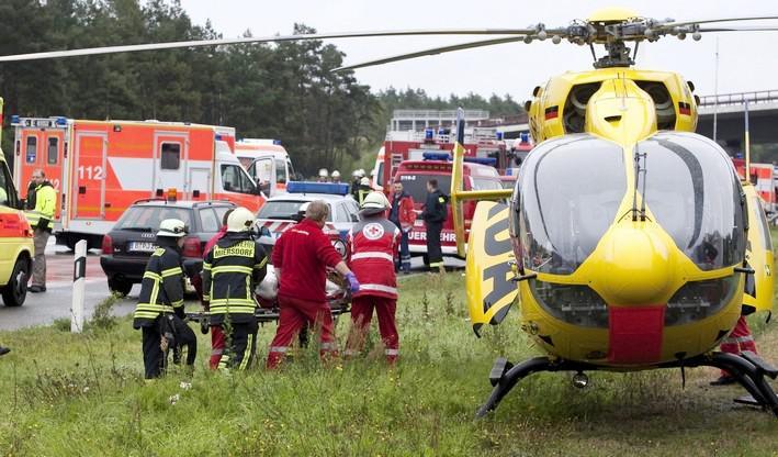 Němečtí záchranáři převážejí zraněné cestující