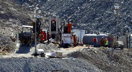 Záchranáři zahájili vrtání únikové šachty