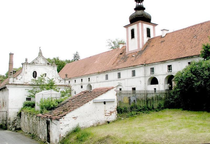 Horní část hspodářského dvora s věží sv. Floriana (únor 2008).