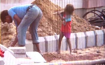 Sportoviště v Dillí stavěly i malé děti