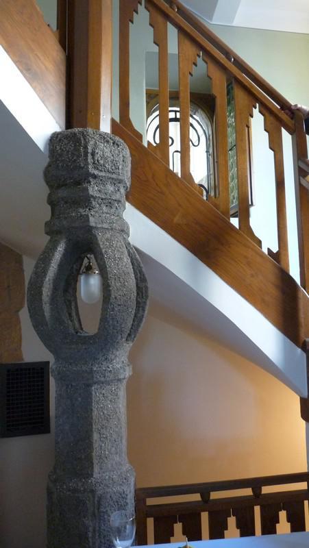 Bílkova vila - schodiště s lampou