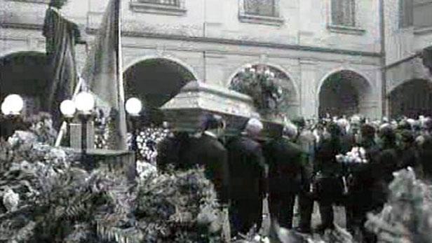 Lidé na pohřbu Jana Palacha