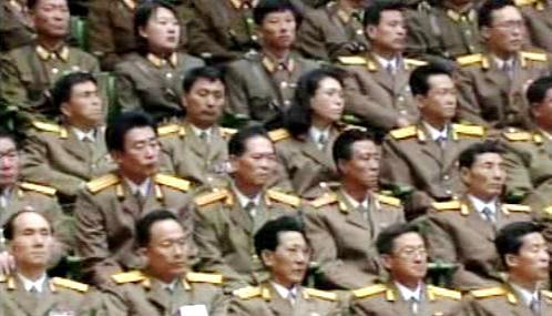 Armádní důstojníci na zasedání severokorejského parlamentu