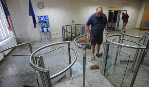 Pracovníci ministerstva vnitra likvidují škody po demonstraci